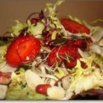Ensalada de aguacate, nuez y palitos de cangrejo