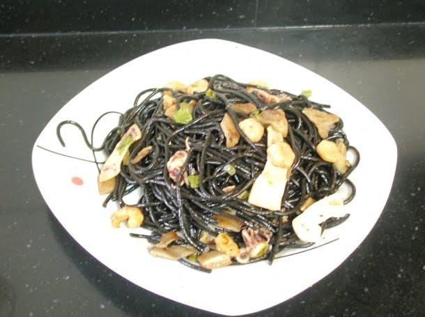 Tallarines negros con chipirones