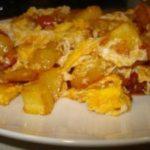 Patas fritas con revuelto de tomate