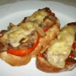 Tostada crujiente de queso con pechuga de pollo y pera caramelizada