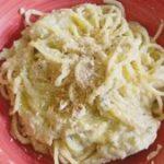 Espaguetis con crema de coliflor y avellanas