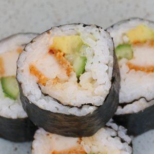 Rollos de sushi casero de pollo y aguacate.