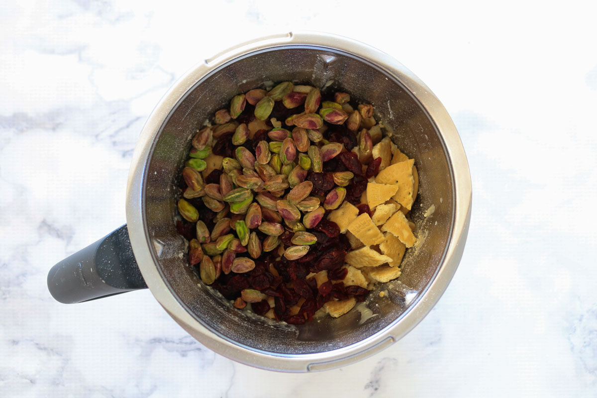 Galletas, pistachos y arándanos en un bol Thermomix.